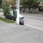 Nesimțirea locuitorilor - gunoi lăsat lângă stâlp