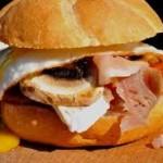 Chiflă cu ou şi bacon