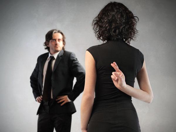 5 minciuni pe care femeile le spun frecvent bărbaţilor