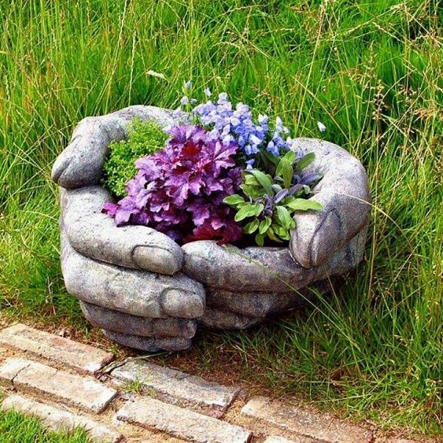 Mâini de beton pentru grădină