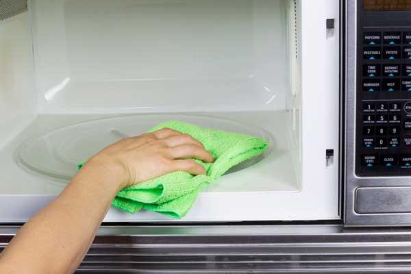 Photo of O metodă rapidă de a curăța cuptorul cu microunde!