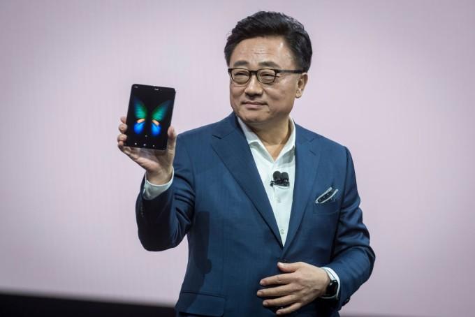 Photo of Galaxy Fold, noul telefon care se pliază lansat de Samsung. Află cât costă!